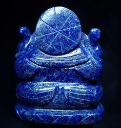 Même lorsque nous sommes entrés dans le Moyen-Âge et sur les rivages européens, le Lapis Lazuli n'avait pas perdu sa splendeur célèbre. Catherine la Grande a craqué pour les riches teintes bleues et a fait orner toute une pièce de Lapis Lazuli. Michel-Ange le réduisit en poudre de pigment bleu pour en faire une teinte de bleu saisissante que nous pouvons voir encore aujourd'hui en tournant nos yeux vers le ciel lorsque nous marchons dans la Chapelle Sixtine. Lapis Lazuli, Catherine La Grande, Ciel, Hui, Stone, Blue Light Shades, Sistine Chapel, Michael Angelo, Middle Ages