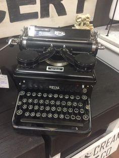 Vintage Royal typewriter Royal Typewriter, Technology, My Favorite Things, Vintage, Tech, Tecnologia, Vintage Comics