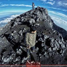 ______________________________________ #indonesiajuara mempersembahkan Provinsi JAMBI ______________________________________  FOTO JUARA HARI INI  @harnessu  Gunung Kerinci merupakan gunung api tertinggi di Indonesia yang dikelilingi hutan Taman Nasional Kerinci Seblat dan juga merupakan bagian dari pegunungan Bukit Barisan di Kabupaten Kerinci Provinsi Jambi.Keindahan dan kemegahan alamnya tidak diragukan lagi.  Puncak Gunung Kerinci berada pada ketinggian 3.805 mdpl di sini para traveller…