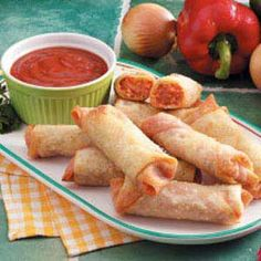 Pizza Rolls Recipe ~ These look really good. I love the recipes that freeze well so you can make a ton of them and reap the benefits for a long time. I opt for the home cooked version of recipes over store bought frozen junk every day. You have complete control over the ingredients - awesome! Más