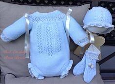 """Os presento el conjunto """"En dulce """" y el tutorial para que podáis hacerlo vosotras también.  En esta ocasión he hecho dos mode... Crochet Baby, Knit Crochet, Baby Barn, Baby Suit, Classic Outfits, Baby Knitting Patterns, Baby Wearing, Beautiful Babies, Baby Dress"""