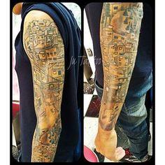 Favela...braço do Marcelo sendo fechado com muito estilo e personalidade!!! Trabalhos desenvolvidos a oartir de referência a pedido do cliente   Vem fazer sua TATTOO com a gente!   95786-6160  #tattoo #tatuagem #tatuadora #inked #favela #sonhos #futebol #periferia #live #braço #guarulhos #dreams #instacool #tatuaje #jutattoo