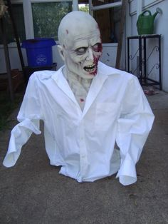 Quick & Easy Scarey Halloween prop made with a tomato cage, styrofoam head, duct tape, newspaper, shirt and mask- HauntForum Halloween Forum, Fete Halloween, Creepy Halloween, Outdoor Halloween, Halloween Projects, Holidays Halloween, Happy Halloween, Halloween Decorations, Halloween Stuff