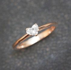 Solitaire Engagement Ring Heart Diamond Ring by SillyShinyDiamonds Solitaire verlovingsring hart diamanten ring door SillyShinyDiamonds Delicate Rings, Unique Rings, Beautiful Rings, Simple Rings, Simple Solitaire, Dainty Ring, Unique Necklaces, Engagement Ring Rose Gold, Solitaire Engagement