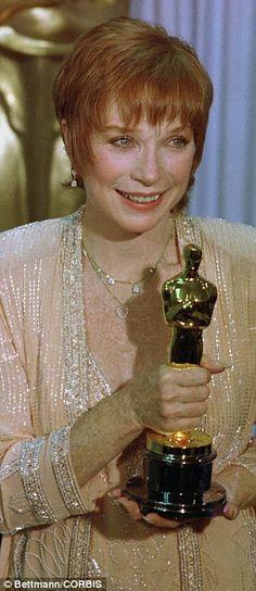 Shirley Maclaine wore a blush dress and beaded jacket by Fabrice in 1984 when she won the Oscar for Terms of Endearment. Academy Award Winners, Oscar Winners, Academy Awards, Hollywood Usa, Hollywood Stars, Oscar Films, Christian Dior Gowns, Oscar Photo, Janet Gaynor