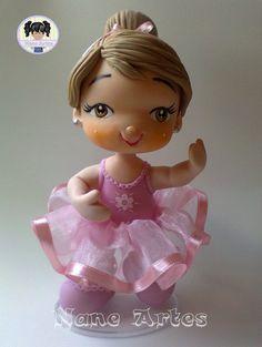 Impossível resistir a doçura da menina bailarina, muito graciosa e encantadora, dançando com sua saia de tecido organza e fita de cetim. <br> <br>A peça é feita de biscuit, modelada à mão, em base de acrílico, oval e transparente. <br> <br>Pode ser alterado as cores do cabelo, da roupinha. <br> <br>Possui 18 cm de altura e 11 de largura <br> <br>Pode ser usada para topo de bolo ou para decoração. <br>Peça feita sob encomenda, com prazo para a produção de 30 dias após confirmação de…