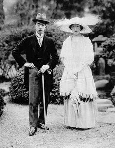 御成婚直後の皇太子迪宮裕仁親王殿下, 同妃良子女王殿下(大正13年,1924当時)  Crown Prince Hirohito & Princess Nagako, 1924 Showa Era, Royal Families, Kite, Emperor, Old Photos, Royals, Jewel, Kimono, Photograph