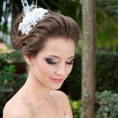 Noivas sofisticadas e sexys adoram este modelo de tiara de casamento com plumas. Grinalda ou fascinator perfeita como complemento a um vestido de noiva longo do tipo sereia. Foto: Taciana Valadares  Foto: www.mercedesalzueta.com.br