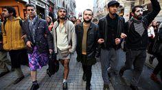 Turchia: gli uomini turchi in minigonna contro la violenza sulle donne