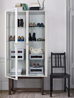 Bra med extra förvaring i STOCKHOLM skåp med glasdörrar, beige. HYFS skolådor, STEFAN stol. Stylist Hans Blomquist.