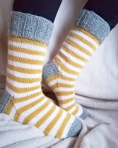 "307 tykkäystä, 6 kommenttia - Rouva Korpikoski (@madebykake) Instagramissa: ""Ihanan nopeat ja aivottomat jämikset💛 #neuloosi #neulootikko #neulonta #neulottu #villasukat…"" Knitting Wool, Knitting Socks, Knitting Projects, Knitting Patterns, Woolen Socks, Fluffy Socks, Fabric Yarn, Fingerless Mittens, Yarn Crafts"