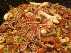 Chinesisch gebratene Nudeln mit Hühnchenfleisch, Ei und Gemüse 15