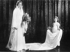 Queen Elizabeth als Brautjungfer Elizabeth Of York, Queen Elizabeth Ii, Queen Elizabeth Wedding Day, Lady Mary, Royal Brides, Royal Weddings, Charles Edward, Princess Alice, Queen Elizabeth
