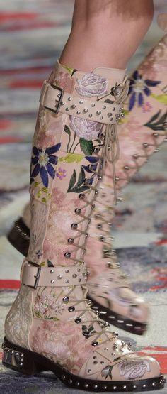 Alexander McQueen SS 2017 RTW gladiator/combat/moto boot in fem embroidery Moda Fashion, Fashion Shoes, Fashion Accessories, Womens Fashion, Paris Fashion, Fashion Tips, Fashion Trends, Alexander Mcqueen, Bottes Goth