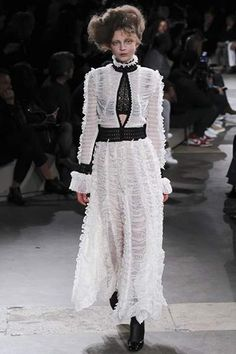 Quando falamos no retorno do estilo vitoriano a moda estamos falando de revisitar os vestidos que marcaram essa época