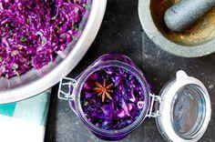 Fermenteren van groenten is niet moeilijk. Lees hier hoe je eenvoudig thuis aan de slag kan met het fermenteren van kool en andere groenten