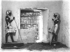 Fig. 3.- La relevancia de la simetría fue tan profunda en Egipto que sus efectos pueden apreciarse incluso en la disposición de determinados objetos en ciertos ajuares funerarios. Es el caso, por ejemplo, de las célebres esculturas que simétricamente fueron colocadas en el muro que daba acceso de la cámara funeraria del faraón Tutankhamón en el Valle de los Reyes