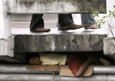 El mundo de hoy es cada vez más desarrollado. Pero también muchos han quedado en el olvido. Mientras unos viven mucho mejor, otros viven en la miseria. Estas 16 imágenes describen esta situación. Muchas de las imágenes de son países pobres, pero algunas también pertenecen a países desarrollados.