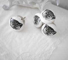 Vit porslins knopp med motiv i svart av en uggla/uv med fina detaljer. Silverfärgad metall stomme samt krage. I greppvänlig mode