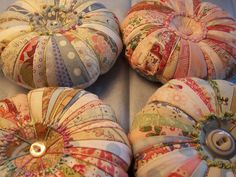 More pin cushions. Sewing Hacks, Sewing Crafts, Sewing Projects, Sewing Kits, Notions De Couture, Quilt Patterns, Sewing Patterns, Needle Book, Sewing Accessories