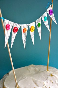 Book page and button cake bunting. (also cute ideas for baby shower) Cake Bunting, Cake Banner, Mini Bunting, Diy Cake Topper, Cake Toppers, Festa Rainbow Dash, Button Cake, Magazine Deco, Lalaloopsy Party