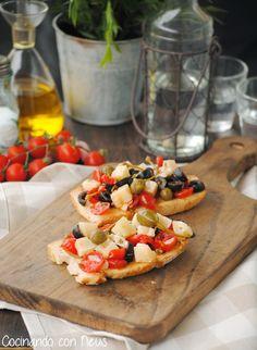 Cocinando con Neus: Tostadas con tomate, olivas negras y queso manchego
