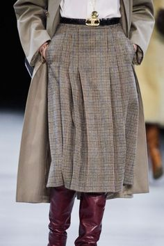 See all the Details photos from Celine Autumn/Winter 2019 Ready-To-Wear now on British Vogue Fashion Mode, Big Fashion, Fashion 2020, Look Fashion, Fashion Outfits, Womens Fashion, Fashion Trends, Fashion Styles, Street Fashion