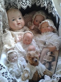 Een poppenwagen vol met oude popjes Doll Toys, Baby Dolls, Vintage Teddy Bears, Doll Display, Bear Doll, Bisque Doll, Old Dolls, Doll Maker, Collector Dolls