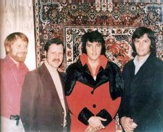 Elvis at the Las Vegas Hilton in february 1973 with Red West at left. Memphis Mafia, Elvis Collectors, Elvis Presley Family, You're Hot, Kings Man, King Of Music, Graceland, Photos Du, Friend Wedding