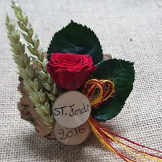 Imán de St Jordi Rosa Roja. Un regalo de Sant Jordi diferente. Un Imán con una rosa preservada que encantará a todas las mujeres de tu vida, tu esposa o compañera, familiares, amigas y compañeras de trabajo.  Pon una sonrisa a tosas las mujeres que te importan!
