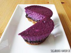 Blaubeer-Schoko-Cheesecake - Bei dieser herrlichen Farbe isst das Auge wahrlich mit. Wir hätten selbst nicht gedacht, dass Blaubeer-Cheesecake so schön werden kann :)