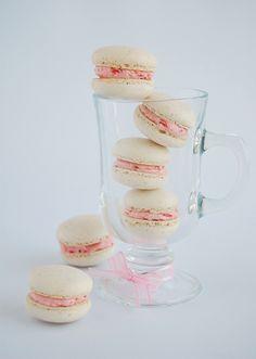 Vanilla bean macarons with roasted strawberry buttercream / Macarons de baunilha com buttercream de morangos assados by Patricia Scarpin, via Flickr
