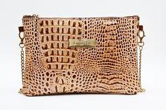 Clutch color camel de cuero regenerado, detalle de placa Lunetta en el centro, dispone de mosquetón para llevarlo como cartera de mano o como bolso. Cadena bañada en oro. Fabricado por expertos marroquineros.