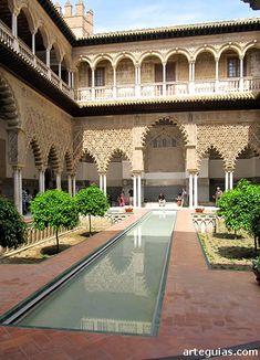 El celebérrimo Patio de los Donecllas, de los más espectacular de los Reales Alcázares de Sevilla