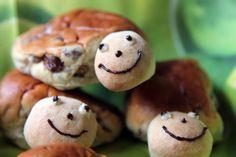Traktatie van mini krentenbolletjes en kleine broodballetjes. Schildpadjes :-)
