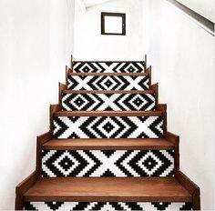 Gedurfd: mozaïek patroon op stootborden trap, met massief houten treden