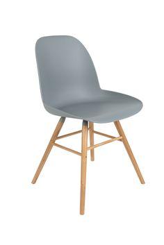 Deze molded chair sluit mooi aan bij het Scandinavisch design. De zitkuip werd uit één stuk kunststof gevormd, wat ze sterkte en flexibiliteit geeft.