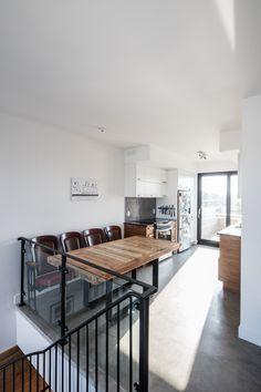 Chez KnightsBridge, nous aimons placer les aires de vie sur les étages qui disposent des plus belles vues car c'est là qu'on passe le plus de temps. Conference Room, Table, Design, Furniture, Home Decor, Real Estate Development, Nice View, Life, Decoration Home