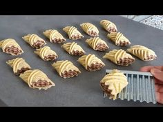 ديما الجديد‼حلوى سهلة سريعة و اقتصادية بمقادير جد قليييللة وكمية كثيييرة وشكل ومداق يا سلااااام👌 - YouTube Pastry Recipes, Cookie Recipes, Dessert Recipes, Yummy Snacks, Yummy Food, Middle Eastern Desserts, Chaat Recipe, Arabic Food, Creative Food