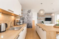 Apartament 85 metrów, dwupoziomowy, nowoczesny - Duża otwarta kuchnia dwurzędowa w aneksie z wyspą z oknem, styl nowoczesny - zdjęcie od Apartments M&M- obsługa i aranżacja nieruchomości