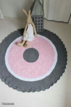 crochet rug ~ pretty, but can't find site.crochet rug - good inspiration could change the middle colour to make it gender neutral - yellow maybe?Billedresultat for girl purple round mat crochet diyThis makes a great zpagetti play rug! Crochet Mat, Crochet Carpet, Love Crochet, Crochet Home Decor, Crochet Crafts, Yarn Projects, Crochet Projects, Tapetes Diy, Knit Rug