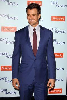 Josh Duhamel  El actor fue a presentar la película 'Safe Haven' a Los Ángeles, y para ello prefirió deshacerse del invernal gris y negro y apostar por la combinación azul tinta y granate. Bravo.