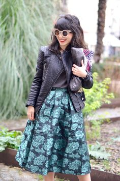 http://www.helloitsvalentine.fr/0125456/everything-that-shines-aint-gold/ - Midi lenght skirt and faux leather jacket