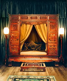 China A Ming dynasty bed adorns a private dining room at the Shanghai Peninsula's Yi Long Court restaurant. Asian Furniture, Chinese Furniture, Chinese Buildings, China Travel Guide, Chinese Interior, Private Dining Room, Traditional Chinese, Chinese Style, Asian Style