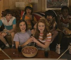 Stranger Things Fotos, Stranger Things Kids, Stranger Things Have Happened, Bobby Brown Stranger Things, Stranger Things Aesthetic, Stranger Things Netflix, Millie Bobby Brown, It Cast, Actors