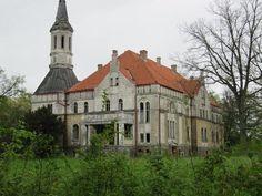 Pałac w Debrznie został zbudowany w II połowie XIX wieku. W chwili obecnej wystawiony na sprzedaż pałac oczekuje na nowego właściciela i remontu. Castles, Poland, Mansions, House Styles, Home Decor, Fotografia, Decoration Home, Chateaus, Manor Houses