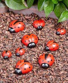 Marienkäfer-Garten-Dekor DIY Garden Yard Art When growing your own lawn Pebble Painting, Pebble Art, Stone Painting, Rock Painting Patterns, Rock Painting Designs, Stone Crafts, Rock Crafts, Art Crafts, Decor Crafts