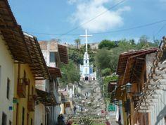 Disfrute viajar a Cajamarca y conocer su mirador natural.  Desde la Plaza de Armas de Cajamarca se puede observar el espléndido mirador natural Santa Apolonia, en cuyo centro de la colina se encuentra una capilla en honor a la Virgen de Fátima.
