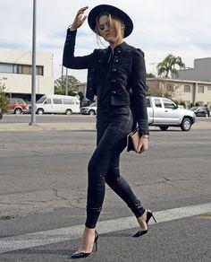 Look todo preto da blogueira Kristina Bazan com calça de couro.