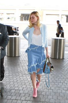 Elle Fanning wearing a blue ruffled skirt with an asymmetrical hem and pink Chanel booties as she arrived at LAX on Saturday, February 2016 Elle Fanning Style, Dakota Fanning Y Elle, Ellie Fanning, Fanning Sisters, Elle Fashion, Fashion Models, Pinterest Cute Outfits, Kim Kardashian, Denim Skirt